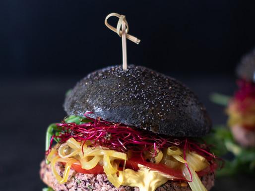 Burger au charbon actif, steak de haricots rouges