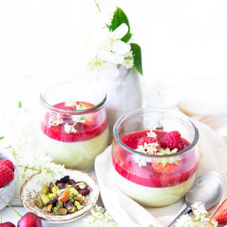Panna cotta à la pistache et coulis de framboises - Vegan