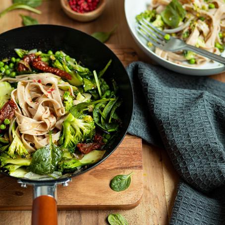 Wok de tagliatelles aux légumes verts