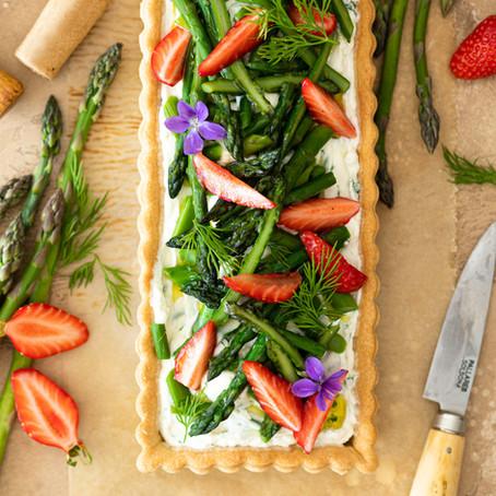 Tarte aux asperges, fraises et crème de chèvre