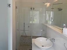 מקלחון עם ספסל בנוי פסיפס