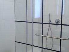 מקלחון שקוף עם דוגמא שחורה