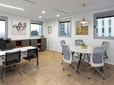 חדר עבודה משולב עם שולחן ישיבות
