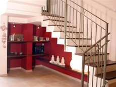 נישה אדומה מתחת למדרגות