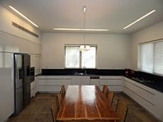 מטבח גדול פורמיקה לבנה אבן קיסר שחור