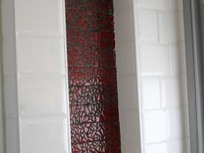 נישה אדומה בחדר רחצה