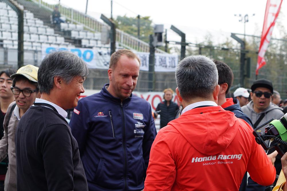 井上隆智穂氏、モトパーク代表のティモ・ランプカイル氏、ホンダF1マネージングディレクターの山本雅史氏、山本氏に被って顔は写ってませんがB-MAX Racingの本山哲監督