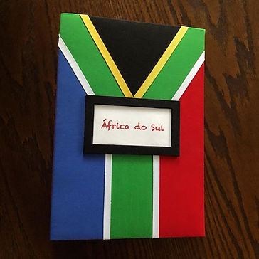 Álbum de fotos com folhas plásticas para 250 fotos 10x 15. Cada folha tem capacidade para 4 fotos e espaço para colocação de memo descritivo sobre as fotos, que vem junto com o álbum. Capa revestida com tecido,com as cores e o formato da bandeira da África do Sul. Montagemcom parafusos. Verificar disponibilidade de estampas.  Frete não incluído. Medidas: 25,0 x 19,0 x 7,0 cm (C x L x A) Peso: 1.300g Prazo de produção: 20 dias corridos  Valor: R$ 220,00