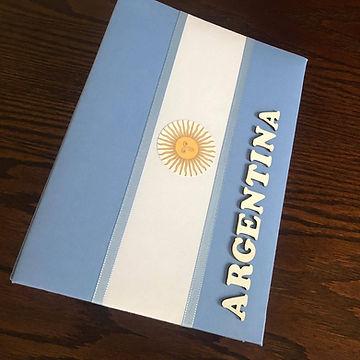 Álbum de fotos com folhas plásticas para 250 fotos 10x 15. Cada folha tem capacidade para 4 fotos e espaço para colocação de memo descritivo sobre as fotos, que vem junto com o álbum. Capa revestida com tecido,com as cores e o formato da bandeira da Argentina. Montagemcom parafusos. Verificar disponibilidade de estampas.  Frete não incluído. Medidas: 25,0 x 19,0 x 7,0 cm (C x L x A) Peso: 1.300g Prazo de produção: 20 dias corridos  Valor: R$ 220,00
