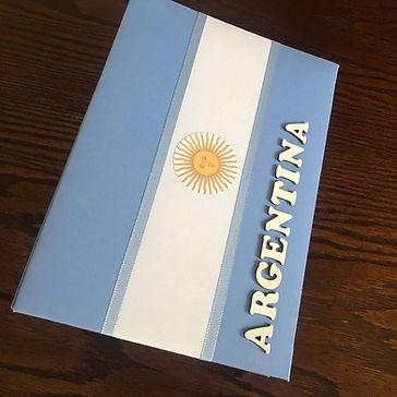 Álbum de fotos com folhas plásticas para 250 fotos 10x 15. Cada folha tem capacidade para 4 fotos e espaço para colocação de memo descritivo sobre as fotos, que vem junto com o álbum. Capa revestida com tecido,com as cores e o formato da bandeira da Argentina. Montagemcom parafusos. Verificar disponibilidade de estampas.  Frete não incluído. Medidas: 27,0 x 19,0 x 7,0 cm (C x L x A) Peso: 1.300g Prazo de produção: 20 dias corridos  Valor: R$ 200,00