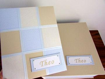 Álbum de fotos com folhas plásticas para 100 fotos 15 x 21. Cada folha tem capacidade para 2 fotos. Capa revestida com tecido em estilo Patchwork, complaquinhacom nome. Vem acompanhado de caixa tipo livro feita em cartonagem,revestida com as mesmas estampas da capa do álbum. Montagemcom parafusos. Verificar disponibilidade de estampas.  Frete não incluído. Medidas do álbum: 24,0 x 19,0 x 6,0 cm (C x L x A) Medidas dacaixa: 28,0 x 24,0 x 9,0 cm (C x L x A) Peso: 1.900g Prazo de produção: 20 dias corridos  Valor: R$ 280,00