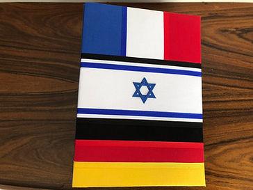 Álbum de fotos com folhas plásticas para 250 fotos 10x 15. Cada folha tem capacidade para 4 fotos e espaço para colocação de memo descritivo sobre as fotos, que vem junto com o álbum. Capa revestida com tecido,com as cores e o formato das bandeiras da França, de Israel e da Alemanha. Montagemcom parafusos. Verificar disponibilidade de estampas.  Frete não incluído. Medidas: 27,0 x 19,0 x 7,0 cm (C x L x A) Peso: 1.300g Prazo de produção: 20 dias corridos  Valor: R$ 200,00
