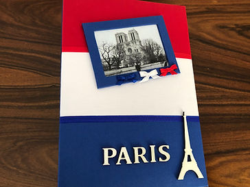 Álbum de fotos com folhas plásticas para 250 fotos 10x 15. Cada folha tem capacidade para 4 fotos e espaço para colocação de memo descritivo sobre as fotos, que vem junto com o álbum. Capa revestida com tecido,com as cores e o formato da bandeira da França. Montagemcom parafusos. Verificar disponibilidade de estampas.  Frete não incluído. Medidas: 27,0 x 19,0 x 7,0 cm (C x L x A) Peso: 1.300g Prazo de produção: 20 dias corridos  Valor: R$ 200,00