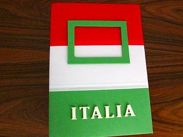 Álbum de fotos com folhas plásticas para 250 fotos 10x 15. Cada folha tem capacidade para 4 fotos e espaço para colocação de memo descritivo sobre as fotos, que vem junto com o álbum. Capa revestida com tecido,com as cores e o formato da bandeira da Itália. Montagemcom parafusos. Verificar disponibilidade de estampas.  Frete não incluído. Medidas: 25,0 x 19,0 x 7,0 cm (C x L x A) Peso: 1.300g Prazo de produção: 20 dias corridos  Valor: R$ 220,00