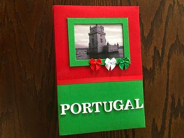 Álbum de fotos com folhas plásticas para 250 fotos 10x 15. Cada folha tem capacidade para 4 fotos e espaço para colocação de memo descritivo sobre as fotos, que vem junto com o álbum. Capa revestida com tecido,com as cores e o formato da bandeira de Portugal. Montagemcom parafusos. Verificar disponibilidade de estampas.  Frete não incluído. Medidas: 25,0 x 19,0 x 7,0 cm (C x L x A) Peso: 1.300g Prazo de produção: 20 dias corridos  Valor: R$ 220,00
