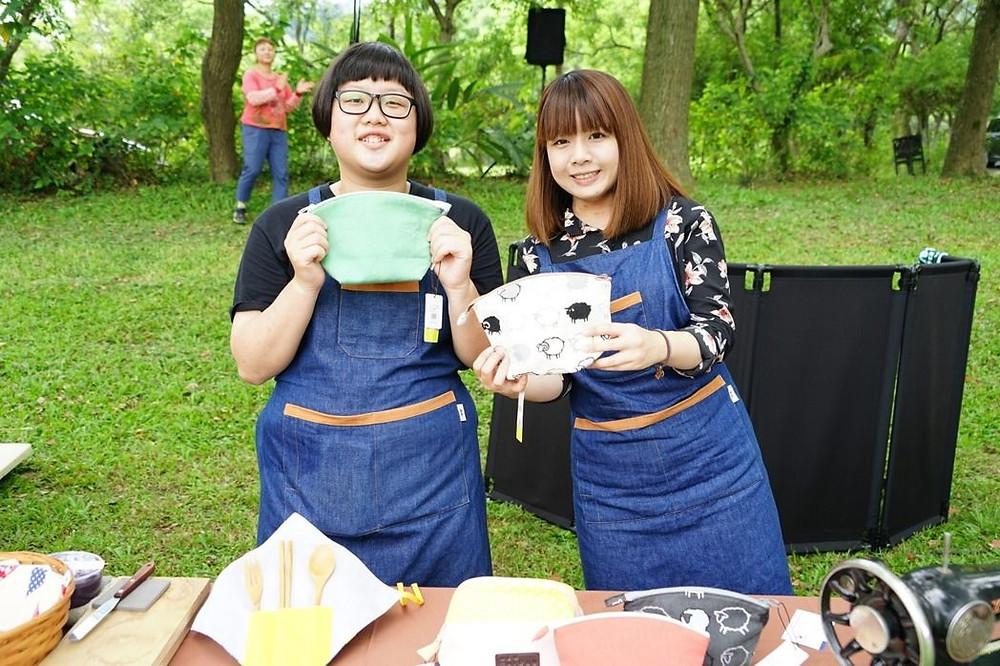 好客好品希望工場在新竹縣內灣老街打造文創藝術,更推出「台灣水色」品牌,讓遊客體驗手作布包。記者陳妍霖/攝影