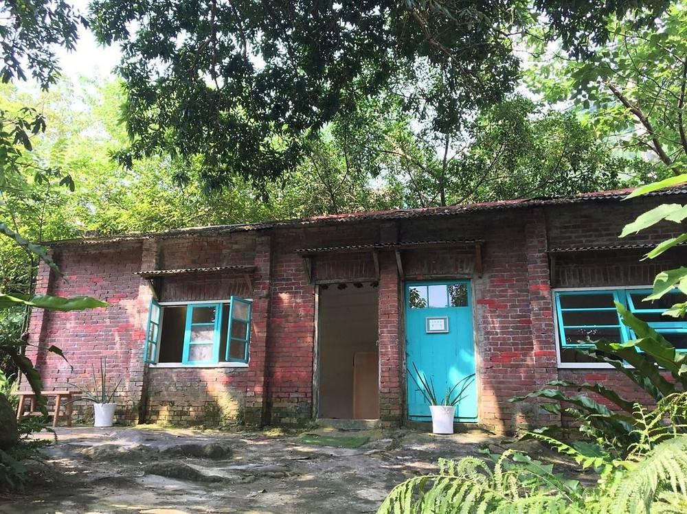 好客好品希望工場在新竹縣內灣老街打造書屋,提供遊客閱讀、參與藝文展覽。圖/好客好品希望工場提供