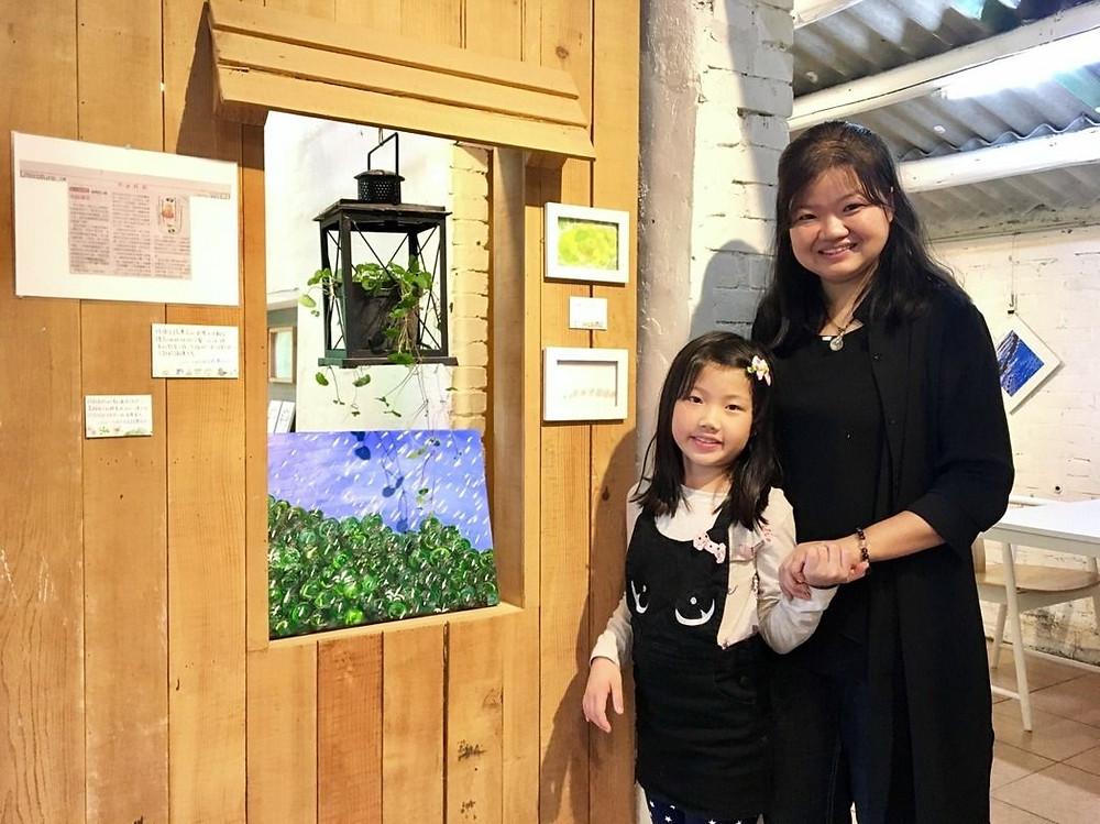 好客好品希望工場在新竹縣內灣老街打造書屋,由錢佳慧(右)、其女兒李詠晴(左)一同佈置展覽,並推出「山與山與山間的那些事」書展。圖/好客好品希望工場提供