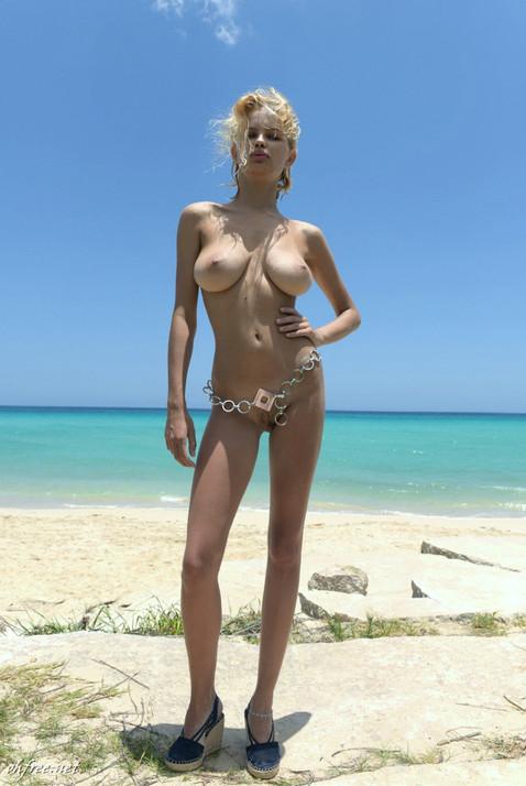 julia-logacheva-topless.jpg