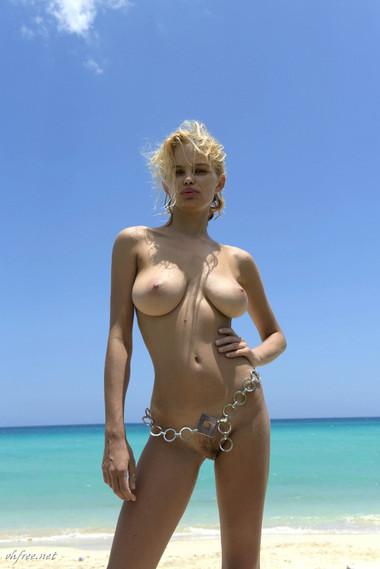 julia-logacheva-topless-1.jpg