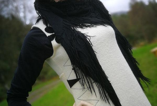 Kul ullkjole med lommer, knyting i ryggen og dekor. Str.S