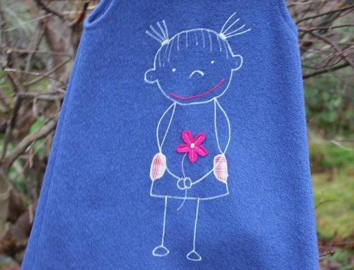 Kul blå kjole med barnetegning