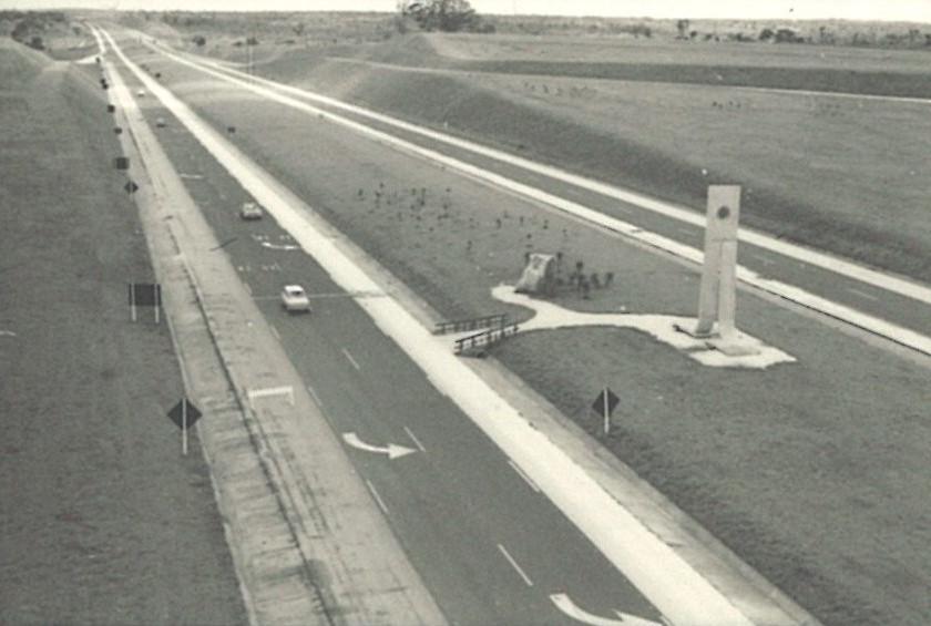 Trecho inicial da Rod. Castello Branco (SP 280), na região de Osasco, na década de 1960. No destaque, o monumento de concreto construído para a inauguração. A Castello foi projetada por técnicos do DER-SP, em 1961, após oito anos de estudos, com o nome de Auto-Estrada do Oeste. Sua construção iniciou-se em 1963 e, em 1967, passou a chamar-se Rodovia Presidente Castello Branco. A rodovia é Classe Zero (fechada), e os acessos são realizados por trevos e outras rodovias. Crédito: Acervo da Biblioteca da Secretaria de Logística e Transporte