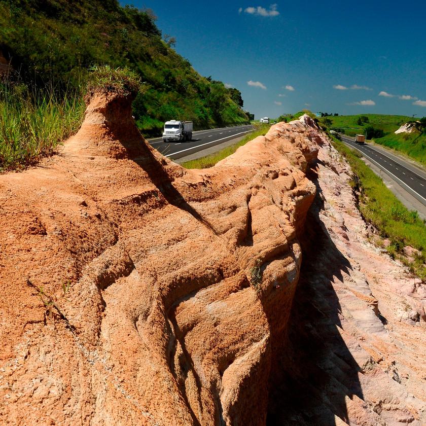 Rochas sedimentares pela Rodovia Castello Branco, km 171, em Porangaba. Há cerca de duas décadas, professores universitários aproveitam os cortes feitos nas pedras durante obras na rodovia para estudar rochas sedimentares dos períodos Carbonífero (entre 359 e 299 milhões de anos), Permiano (de 299 a 251 milhões de anos) e Cretáceo (145 a 65 milhões de anos). São calcários, arenitos, siltitos, folhelho e basalto. Crédito – Digna Imagem
