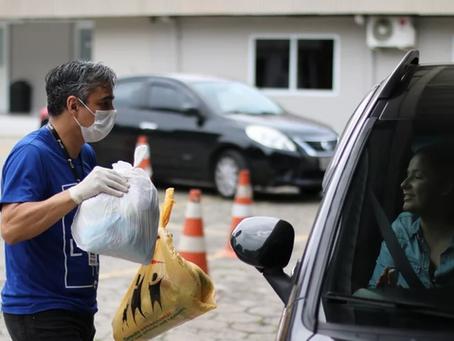 Igreja faz 'drive-thru' para arrecadar mantimentos e vacinar idosos no interior de SP