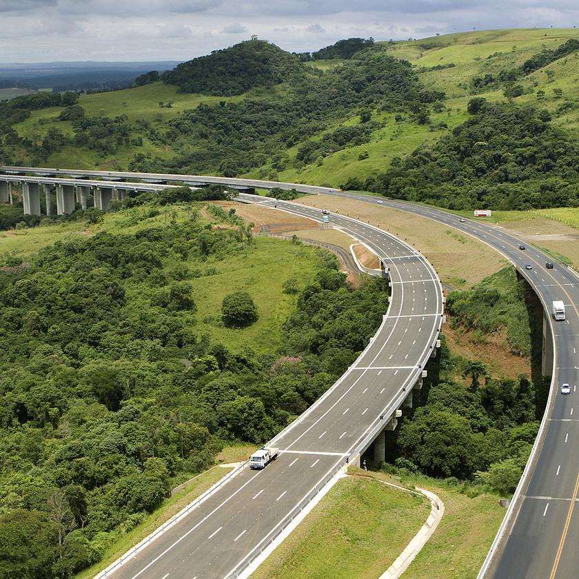 1,77 de quilômetros duplicados dos Viadutos da Serra de Botucatu, em Itatinga. A obra, que foi entregue em fevereiro de 2010, pela CCR SPVias, contou com a implantação de dois viadutos e recuperação de um já existente no local. Foram cerca de 300 pessoas trabalhando e um investimento que ultrapassou os 55 milhões de reais. Crédito – Digna Imagem