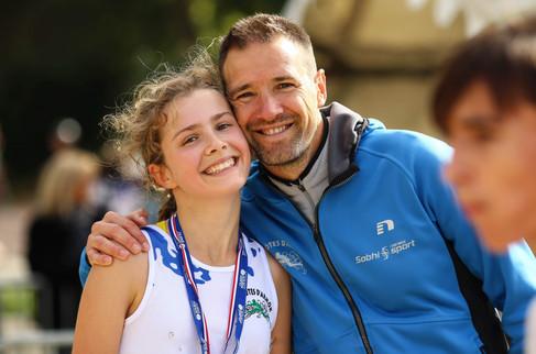 Vincent Le Dauphin athlète international sur 3000m Steeple en compagnie de sa fille
