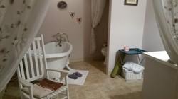 Cottage Suite tub area