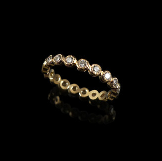 Wedding ring in 18ct rose gold set with diamonds.
