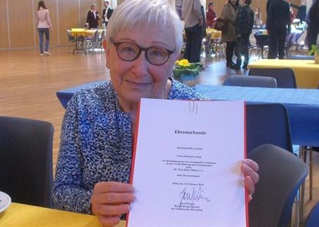 Elisabeth Arentz erhält Ehrenurkunde der Stadt Köln