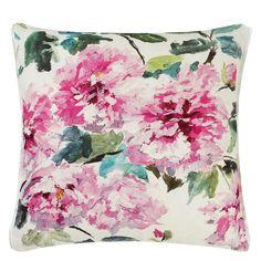 Даже такая мелочь, как подушка, может изменить общее настроение интерьера.