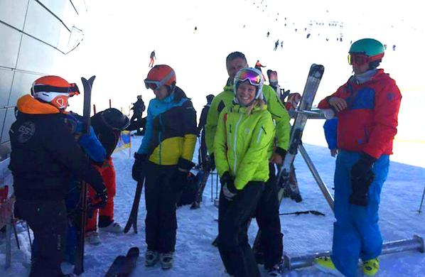 Az oZone Skiing síoktatói és barátaik síelés közben