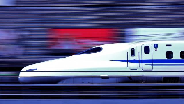 駆け抜ける新幹線