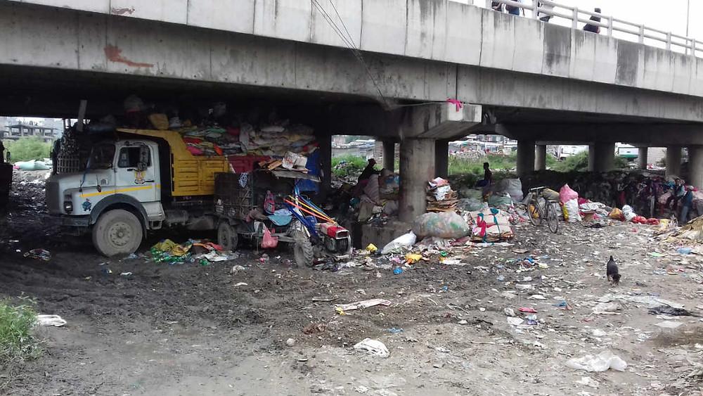 マノハラ川にかかるアルニコハイウェイの橋の下にあるゴミ分別場
