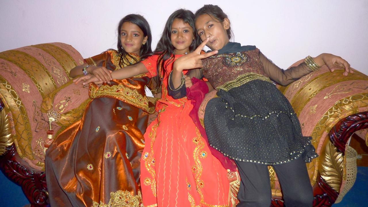 結婚式に出席した中流層の子供たち