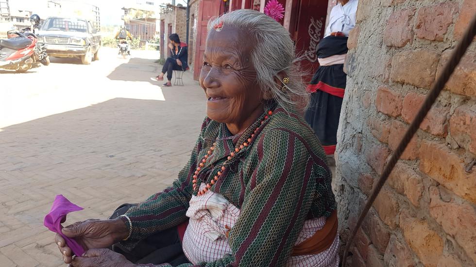 バクタプルの名物おばあちゃん、今日も元気に観光客をウォッチング