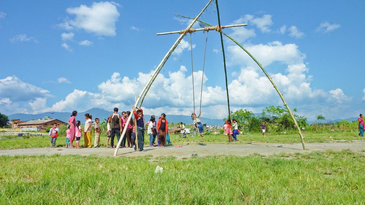 ダサインの日にピンと呼ばれる竹で出来たブランコで遊ぶスクンバシの子供たち