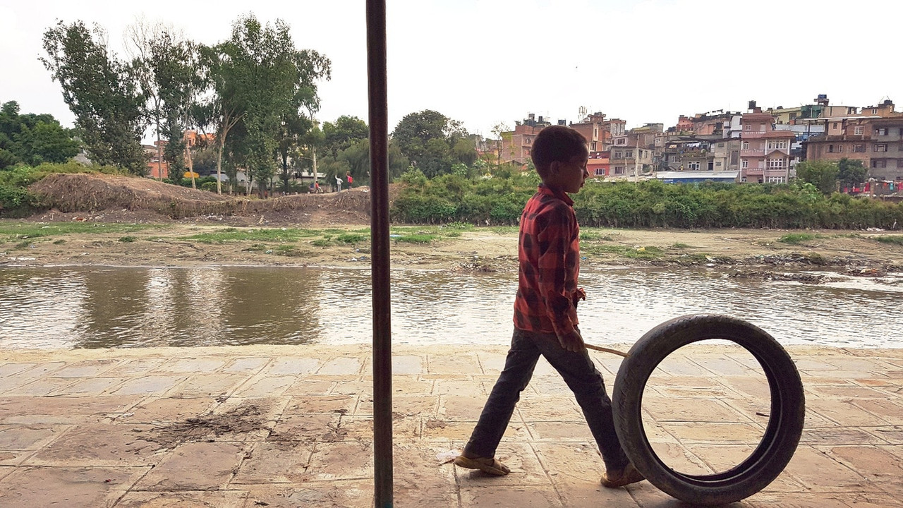 テクガートでタイヤを転がして遊ぶ子供、こんな光景が見られるのもあとわずか