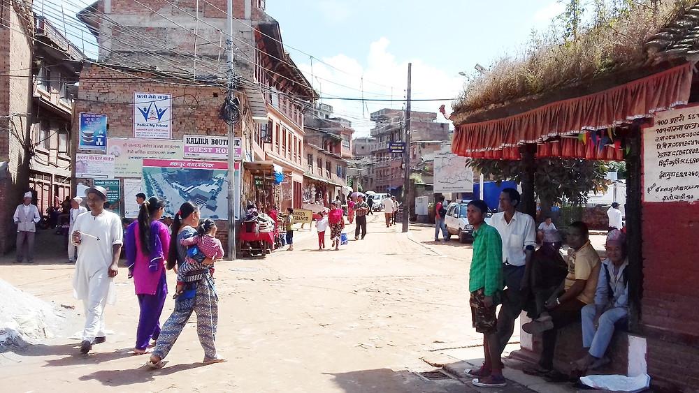 バクタプルのビャッシーバスパークで観光客を待つガイド達(右側)