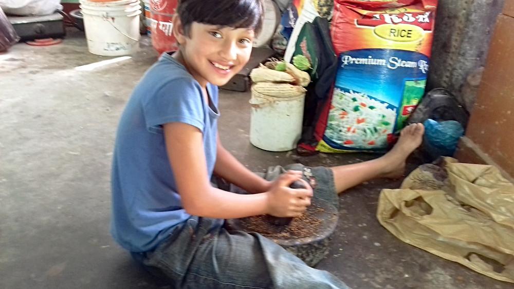 家の手伝いをするリタちゃん、畑仕事の手伝いをすることもよくある