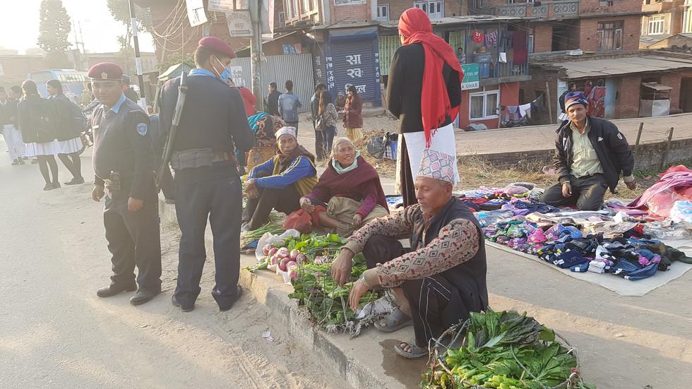 警察官も終業時間が近付くと、制服のまま夕餉の買い物をする