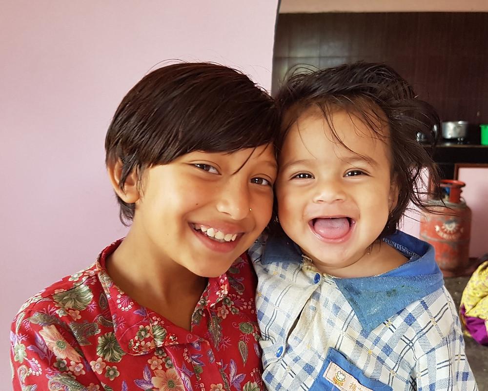 甥っ子の世話をするリタちゃん、ネパールの子供たちは年下の子供が大好きだ