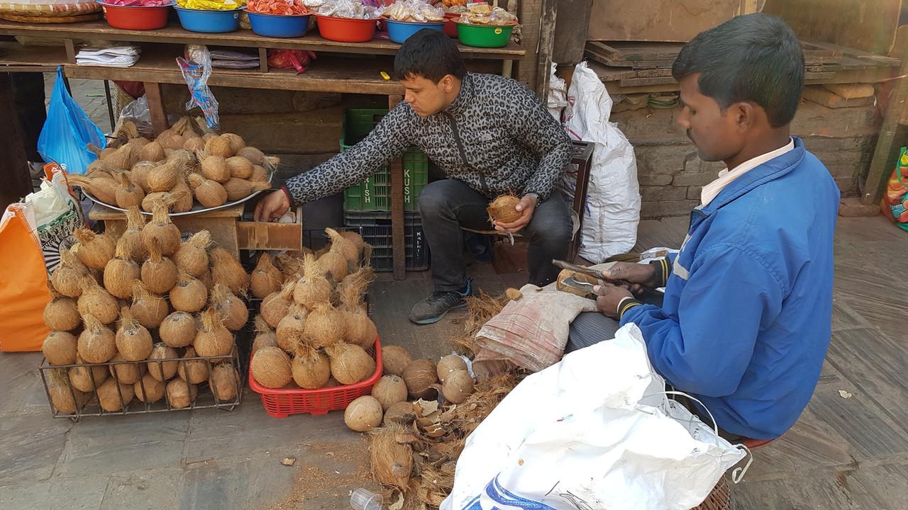 ココナツのことをネパール語では「ナリワル」という