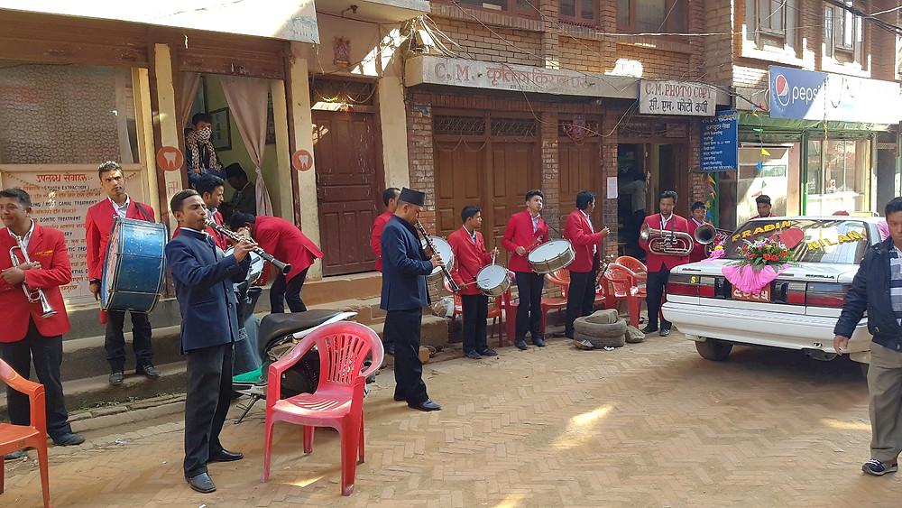 裕福層は、大勢の楽隊を呼んで派手に行う、右の車は結婚式を挙げる寺院に向かう新郎新婦が乗る車