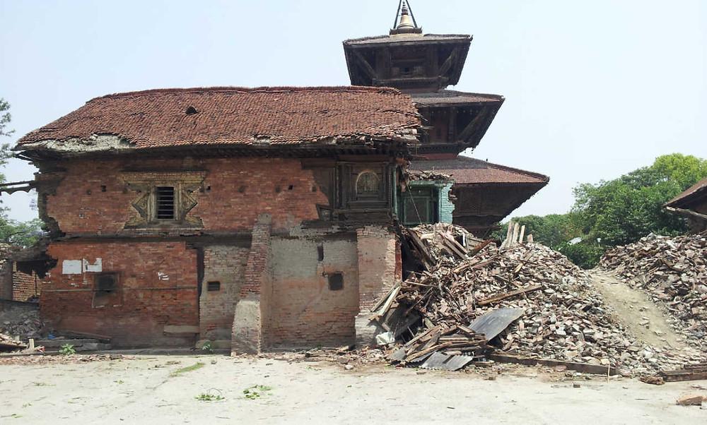 震災1か月後の長屋門、ナラヤン寺院が丸見えになってしまった