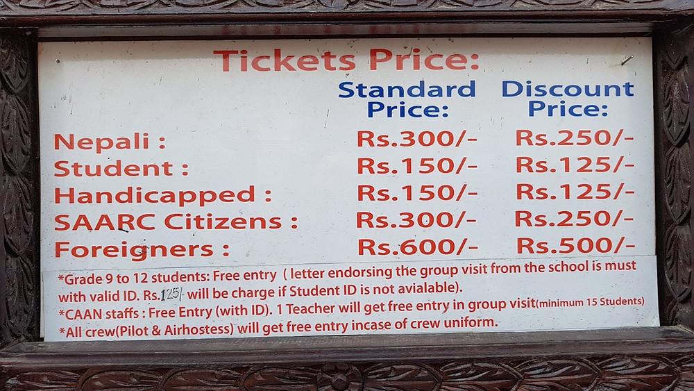 チケット料金は、カウンター上部に掲示されており、学割や障碍者割引もあるが、SAARC諸国以外の 外国人はネパール人の大人料金の倍の値段だ。現役パイロットやキャビンアテンダントが 制服を着ていれば、無料で入場することもできる。